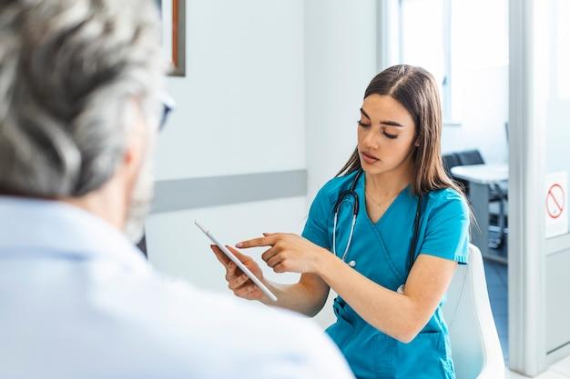 Arzt konsultiert patienten im wartezimmer des krankenhauses