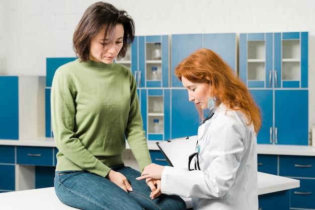 Arzt konsultiert patientin in ihrem büro