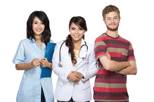Arzt, krankenschwester und patient lächeln