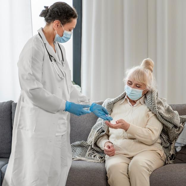 Arzt kümmert sich um ältere frau