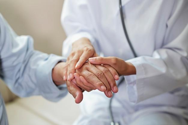 Arzt kümmert sich um den patienten