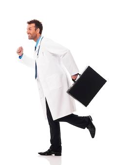 Arzt läuft dringlichkeit zum patienten