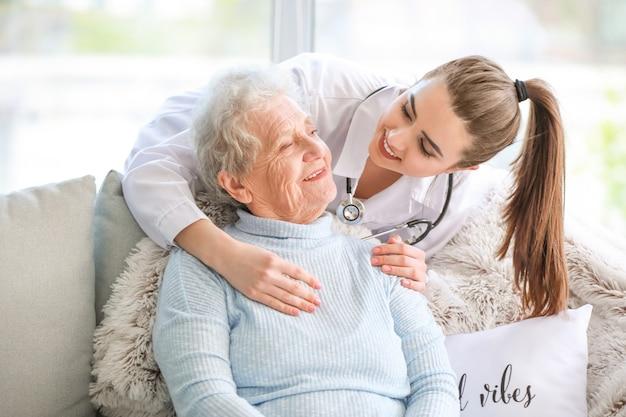 Arzt mit älterer frau im pflegeheim