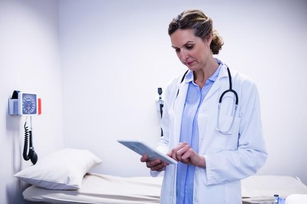 Arzt mit digitalem tablet in der station