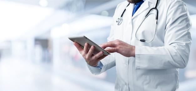 Arzt mit digitalem tablet