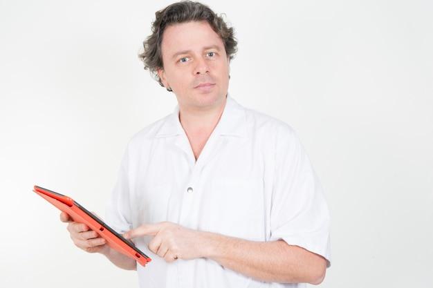 Arzt mit digitaler tabelle