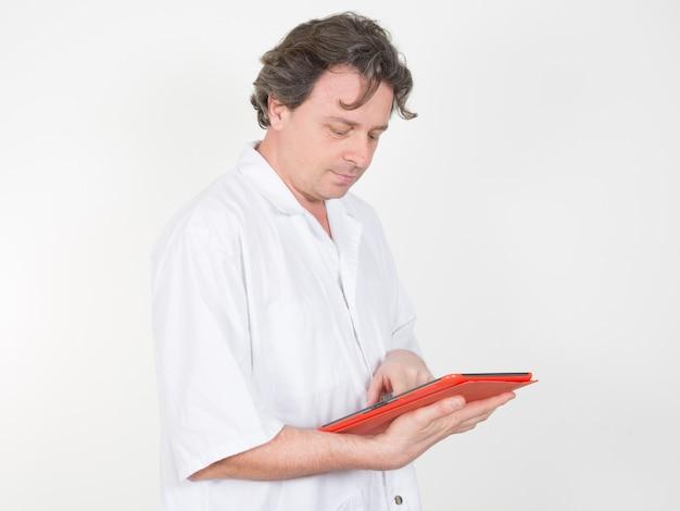 Arzt mit einem digitalen tablet