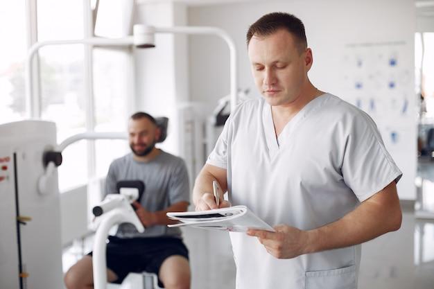 Arzt mit einem patienten in einer physiotherapieklinik
