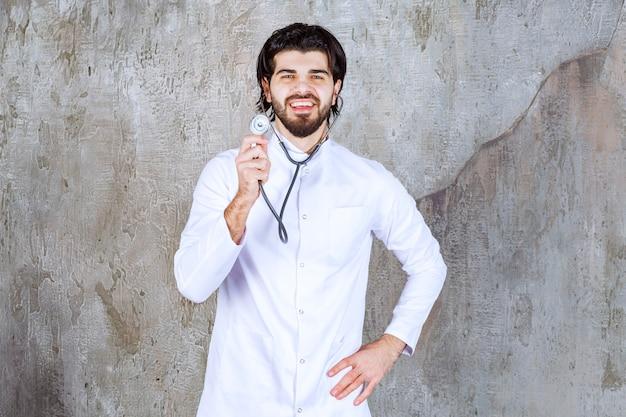 Arzt mit einem stethoskop, der eine schnelle leberuntersuchung durchführt