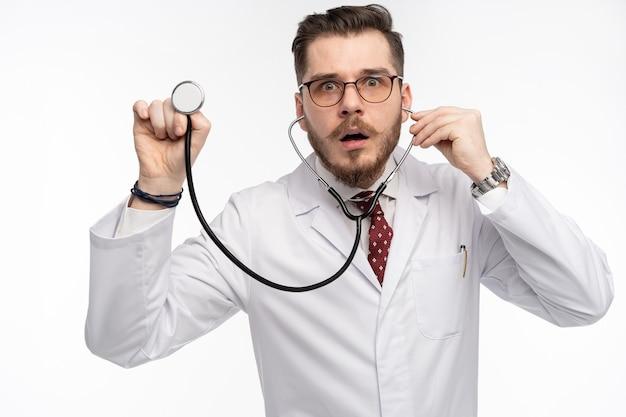 Arzt mit einem stethoskop in der hand, medizinisches versorgungskonzept