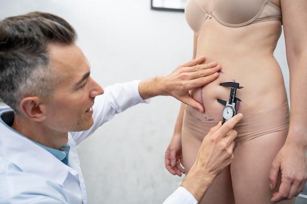 Arzt mit medizinischem werkzeug hautnah