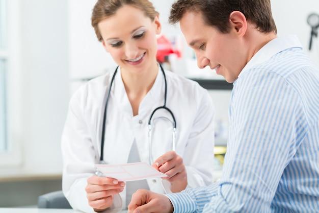 Arzt mit patient in der klinikberatung