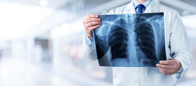 Arzt mit röntgen