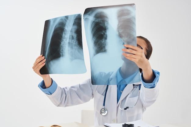 Arzt mit röntgenstrahlen in händen krankenhausgesundheitsforschung. foto in hoher qualität