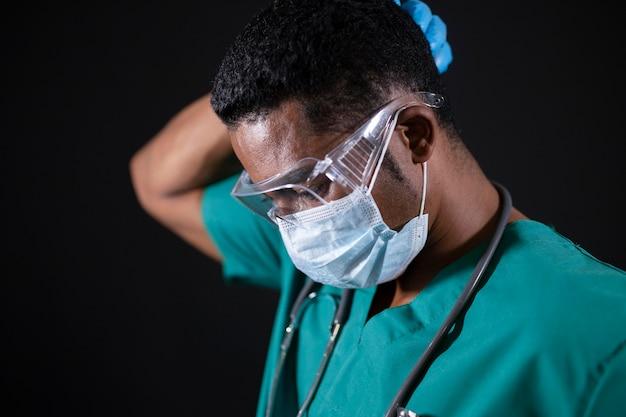 Arzt mit schutzbrille und maske hautnah