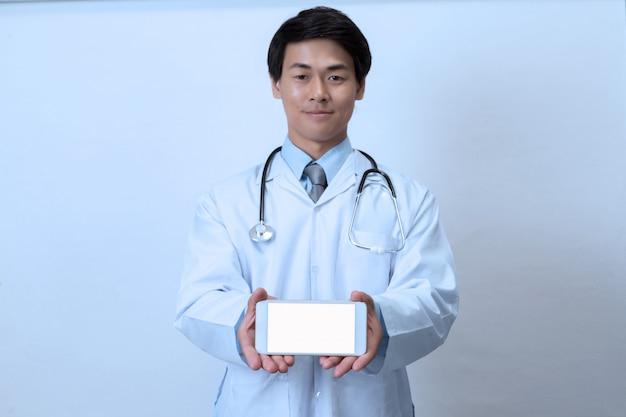 Arzt mit smartphone