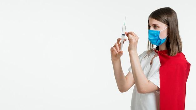 Arzt mit spritze und kopierraum