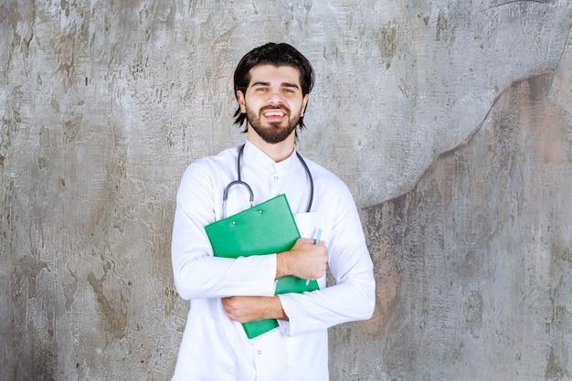 Arzt mit stethoskop, der die krankengeschichte eines patienten darstellt