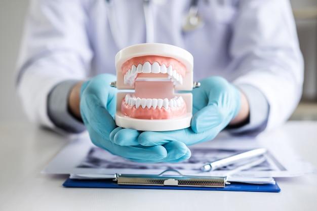 Arzt oder zahnarzt, der mit geduldigem zahnröntgenfilm arbeitet
