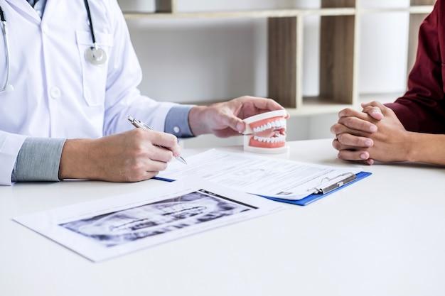 Arzt- oder zahnarztbericht über die arbeit mit zahnröntgenfilmen und den für die behandlung verwendeten geräten