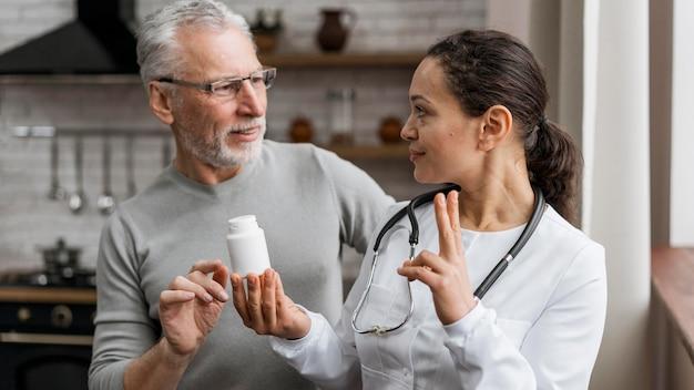 Arzt präsentiert genesungsbehandlung