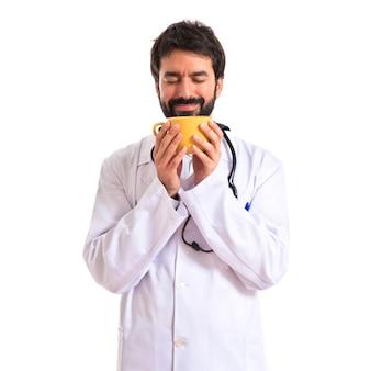Arzt riechen kaffee auf weißem hintergrund