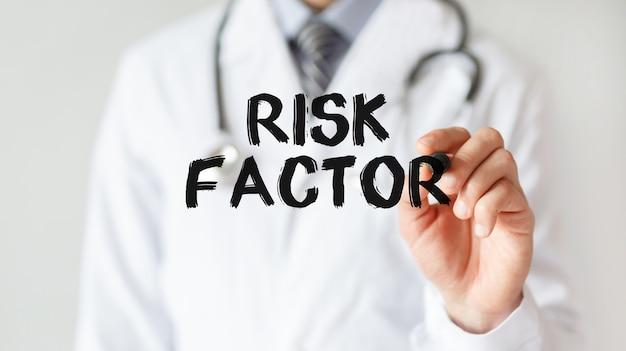 Arzt schreibt wort risikofaktor mit marker, medizinisches konzept