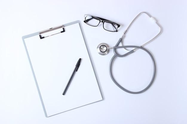 Arzt-tisch-draufsicht-set mit verschiedenen arzt-accessoires