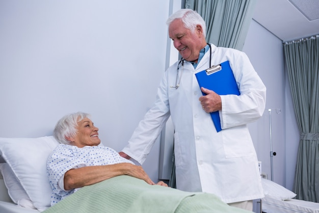 Arzt tröstet älteren patienten