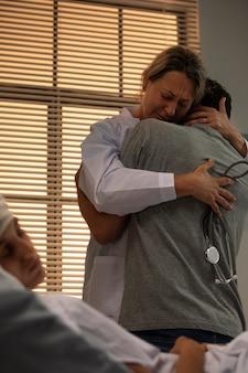 Arzt tröstet einen freund ihres patienten