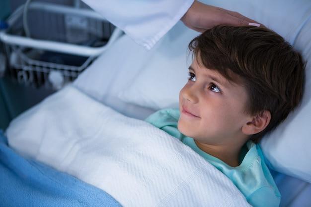 Arzt tröstet patienten während des besuchs auf der station