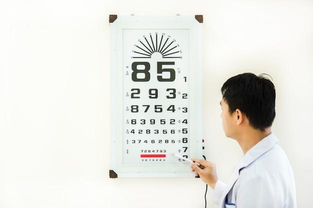 Arzt überprüfen patienten augenproblem von snellen-diagramm