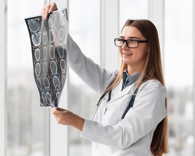 Arzt überprüft die röntgenaufnahme des patienten