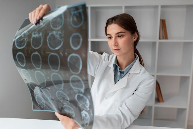 Arzt überprüft patienten röntgen