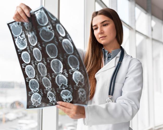 Arzt überprüft röntgen im krankenhaus