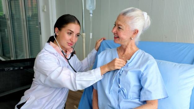 Arzt und älterer patient