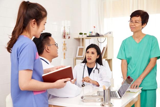 Arzt und krankenschwester ärzteteam
