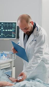 Arzt und krankenschwester beraten mit oximeter für kranke frau