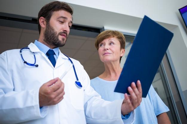 Arzt und patient diskutieren über bericht