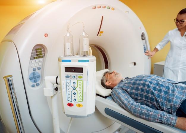 Arzt und patient im raum der computertomographie im krankenhaus.
