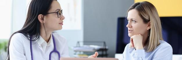 Arzt und patient kommunizieren im medizinischen servicekonzept der arztpraxis medical