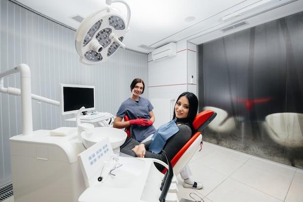 Arzt und patient lächeln gesundheit. zahnheilkunde