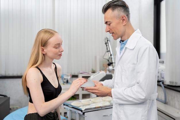 Arzt und patient mit mittlerem schuss