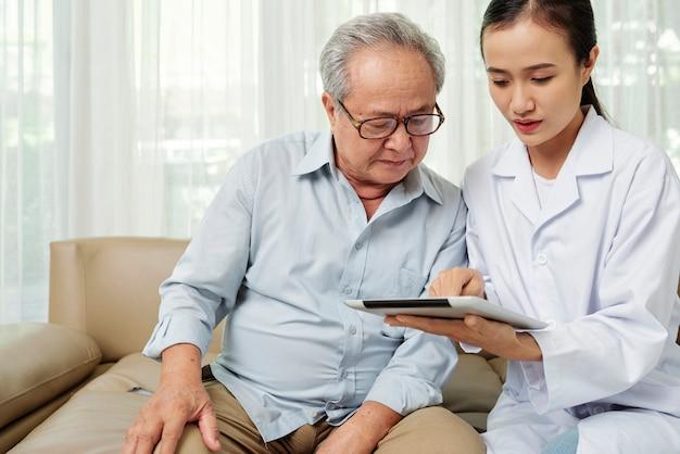 Arzt und patient mit tablet-pc