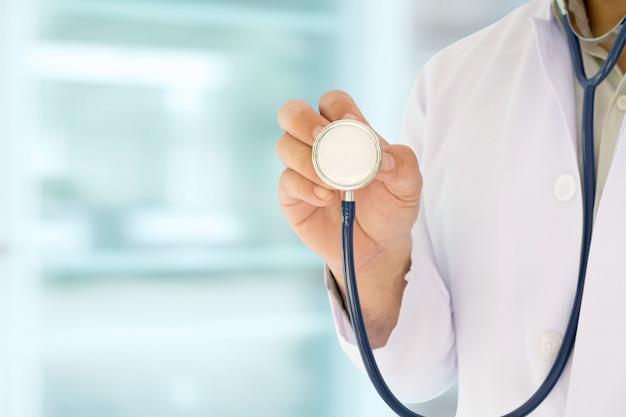 Arzt und stethoskop arbeiten im krankenhaus.