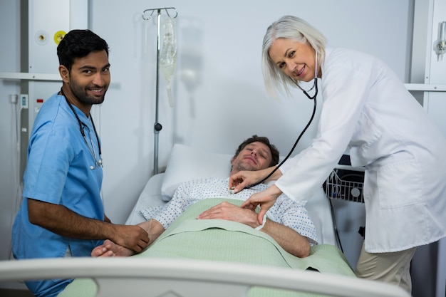 Arzt und untersuchung eines patienten im krankenhaus