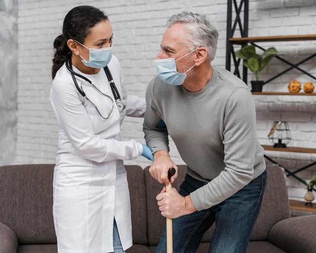 Arzt unterstützt ihre patientin
