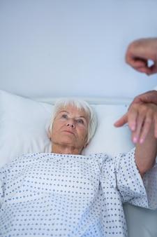 Arzt untersucht älteren patienten auf der station