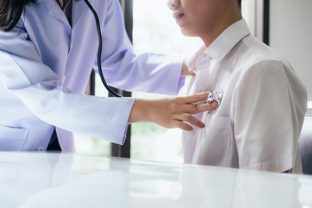 Arzt untersucht einen patienten mit einem stethoskop.