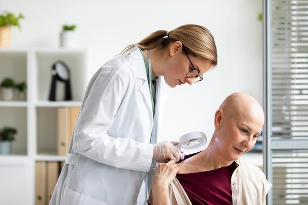 Arzt untersucht einen patienten mit hautkrebs